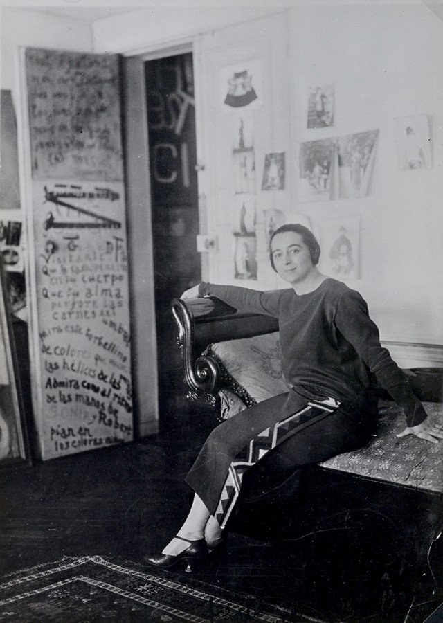 sonia-delaunay-in-front-of-her-door-poem-in-the-delaunays-apartment-1924